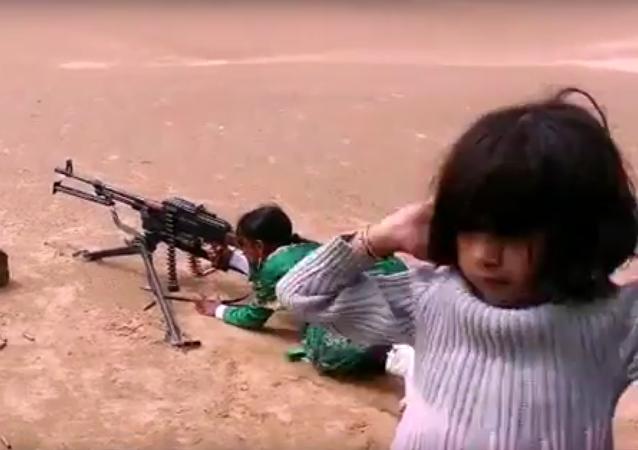 Jemenská děvčátka se učí střílet z kulometu a minometu