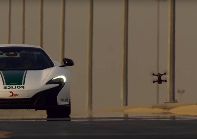 Kvadrokoptéra závodila s policejním supersportovním vozem McLaren