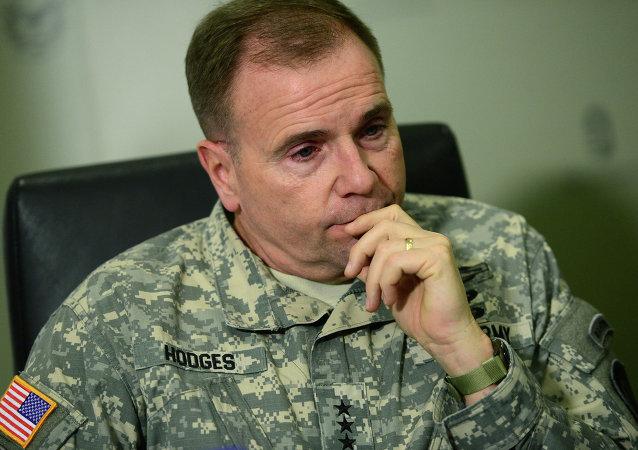 Velitel pozemních sil USA v Evropě generálporučík Frederick Ben Hodges