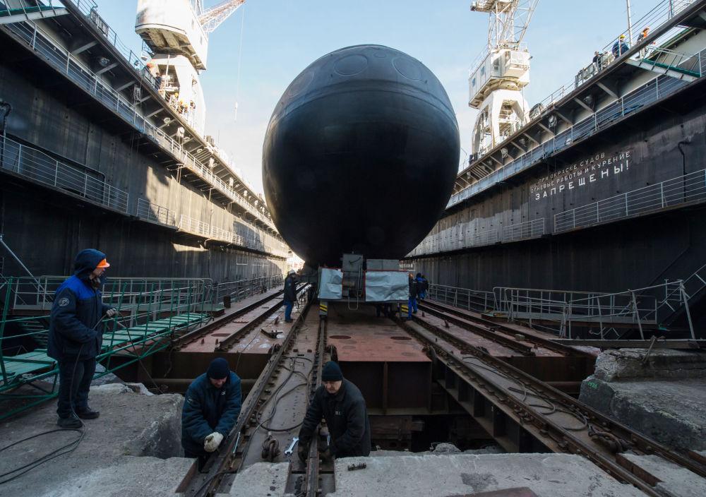 Spouštění nové ponorky Velikij Novgorod na vodu