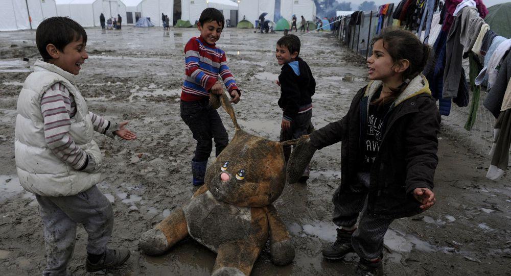 Děti si hrají v uprchlickém táboře na řecko-makedonské hranici