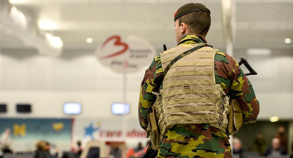 Policista na bruselském letišti
