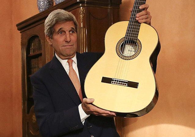 John Kerry s kytarou