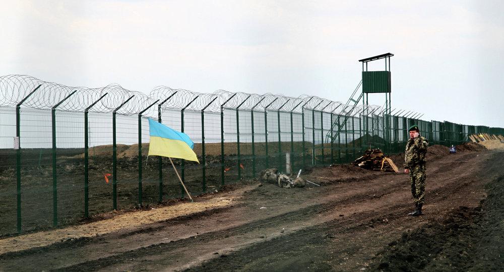 Ukrajinský pohraničník u plotu na hranici s Ruskem