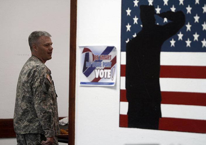 Americký voják na základně NATO Bondsteel v Kosovu.