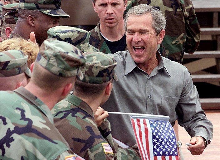 Bývalý prezident USA George Bush na základně Bondsteel v Kosovu, 2001.