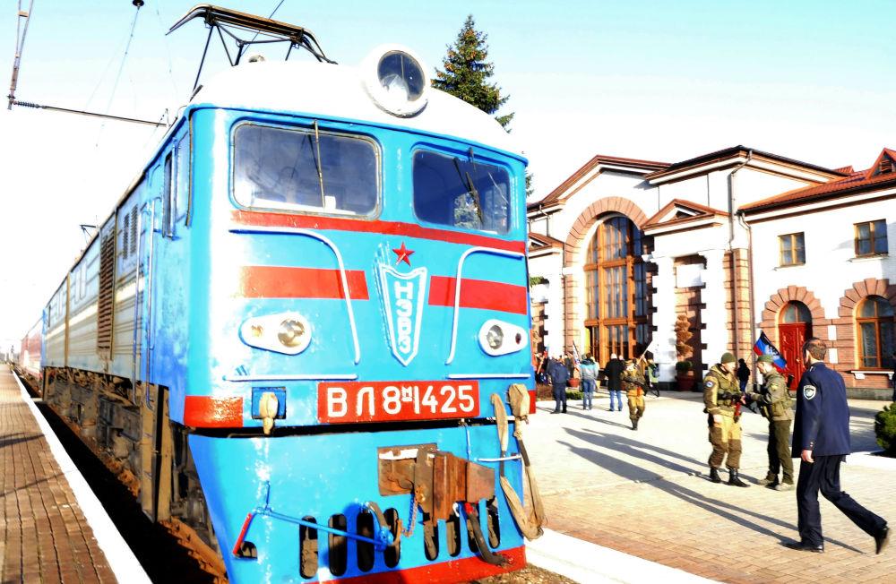 První osobní vlak v DLR, směřující k ruské hranici