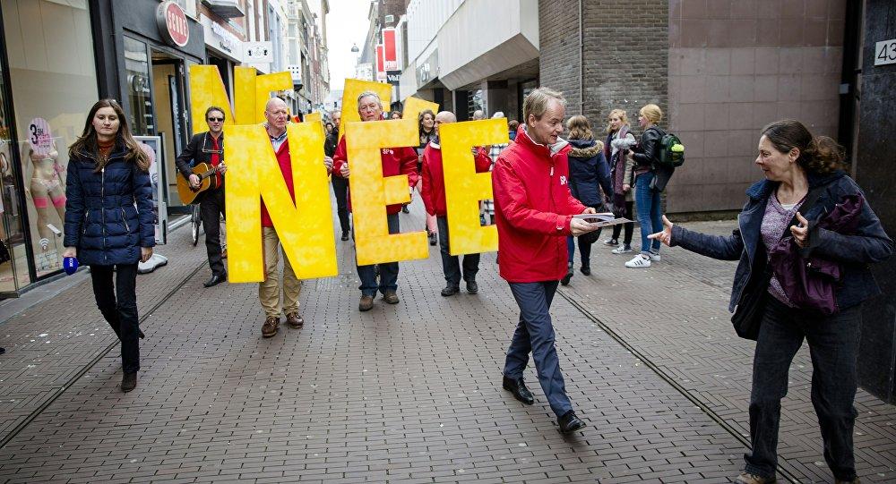 Členové nizozemské socialistické strany během mítinku proti referendu o asociaci EU a Ukrajiny