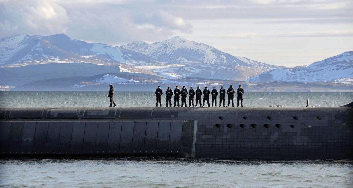 Britští námořníci a ponorka