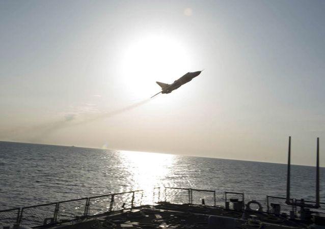 Let Su-24 nad torpédoborcem Dolnald Cook