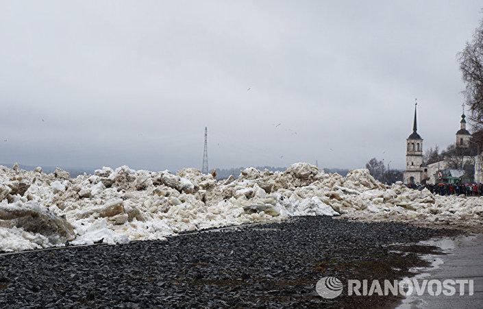 Ledové zátarasy u města Velikij Usťug
