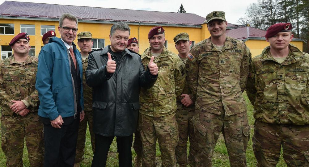 Petro Porošenko a američtí vojenští instruktoři