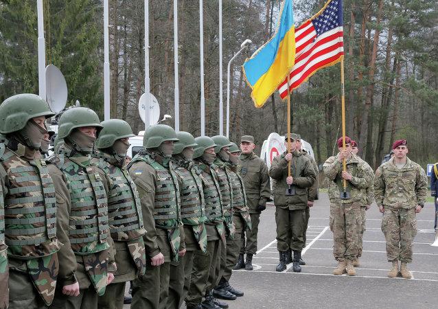 Američtí a ukrajinští vojáci