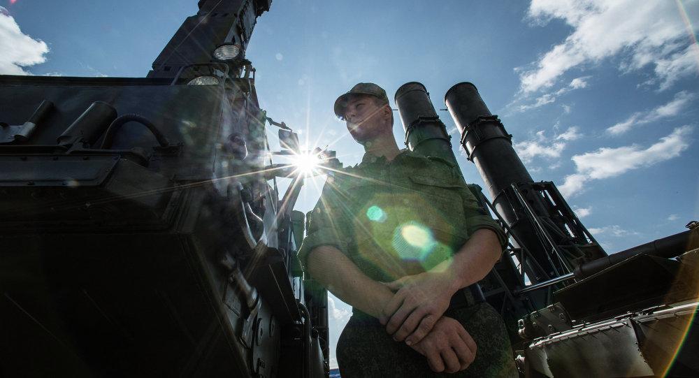 Ruský voják vedle raketového systému S-300