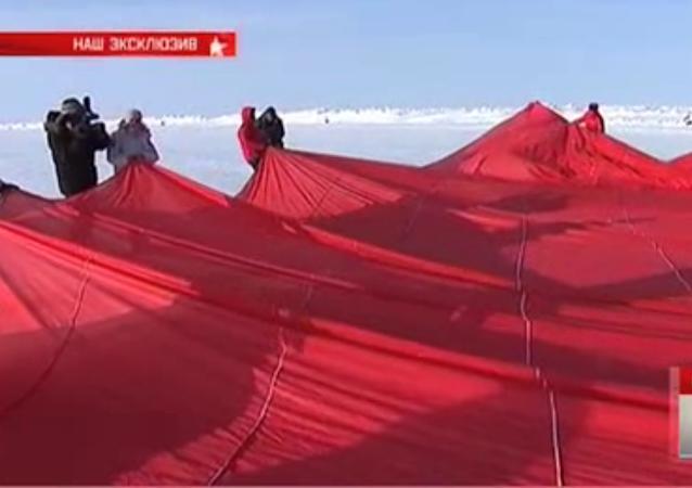 Ruští výsadkáři vztyčili kopii praporu Vítězství na Severním pólu