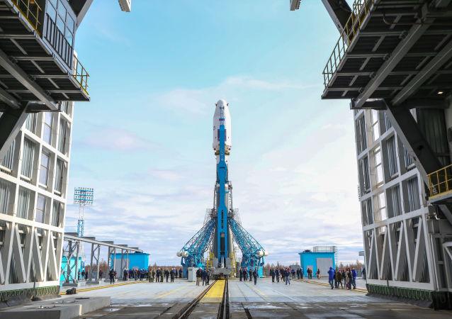 Raketa Sojuz-2.1a je připravena ke startu z kosmodromu Vostočnyj