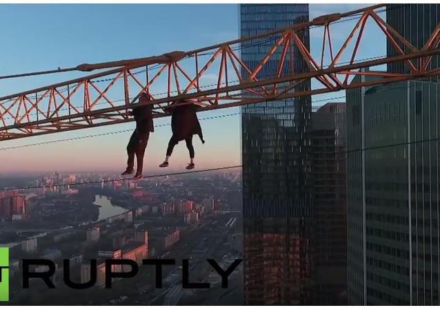 V nebezpečí života: rufeři v Moskvě vylezli na jeřáb na střeše mrakodrapu