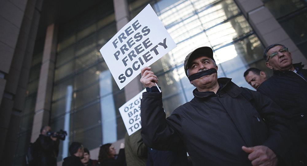 V Turecku byli odsouzeni opoziční novináři z listu Cumhuriyet