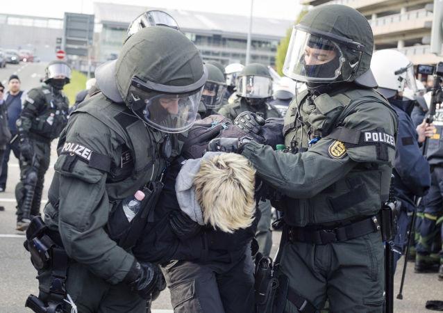 Policie zadržuje protestujících v Stuttgartu
