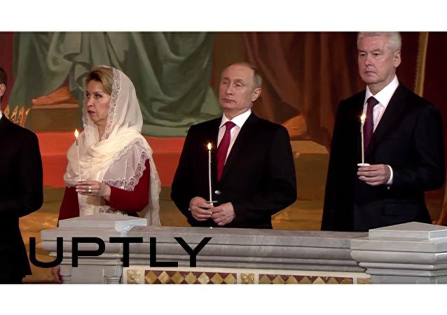 Dmitrij Medveděv, jeho manželka Svetlana, Vladimir Putin a Sergej Sobjanin během velikonoční mše