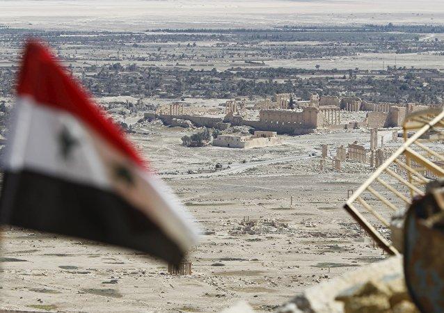 Syrská vlajka v Palmýře