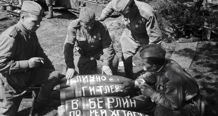 Sovětští vojáci píšou na střelách poselství Hitlerovi
