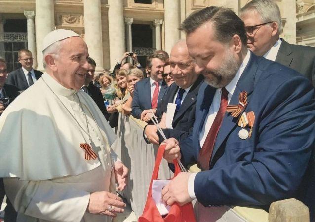 Papež František a poslanec Státní dumy z KS RF Pavel Dorochin