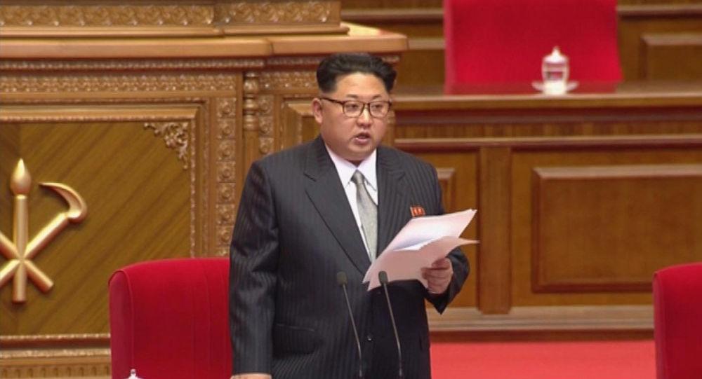 Kim Čong–un v evropském obleku