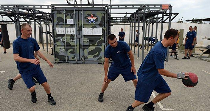 Letecká základna Hmeimim v Sýrii - vojáci hrají basketbal.