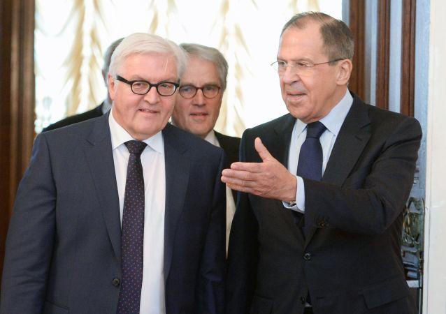Ruský ministr zahraničních věcí Sergej Lavrov a šéf německé diplomacie Frank-Walter Steinmeier