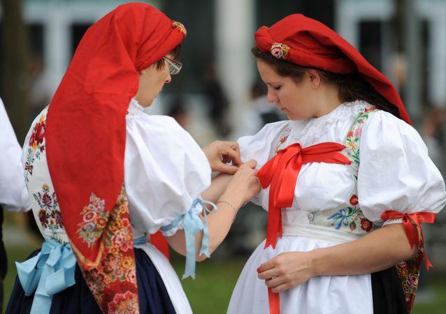 Dívky v kroji sudetských Němců
