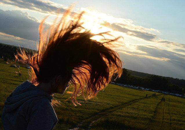 Dívka s dlouhými vlasy