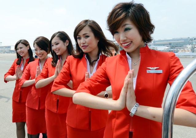 Tajemství přitažlivosti Air Asia spočívá v červené uniformě stevardek, soudí autoři ratingů nízkonákladových leteckých společností světa