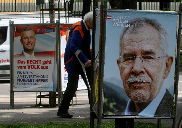 Předvolební plakáty s Norbertem Hoferem a Alexandrem Van der Bellenem