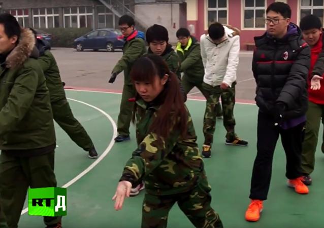 Vojenská disciplína: jak v Číně vracejí do života dospívající se závislostí na internetu