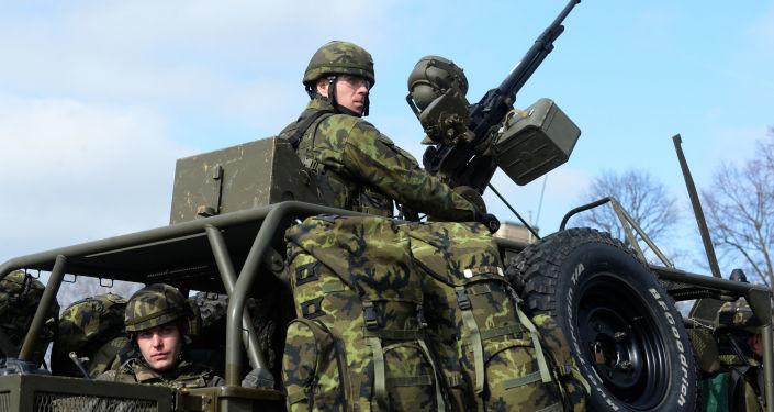 Voják české armády během cvičení NATO v Pardubicích