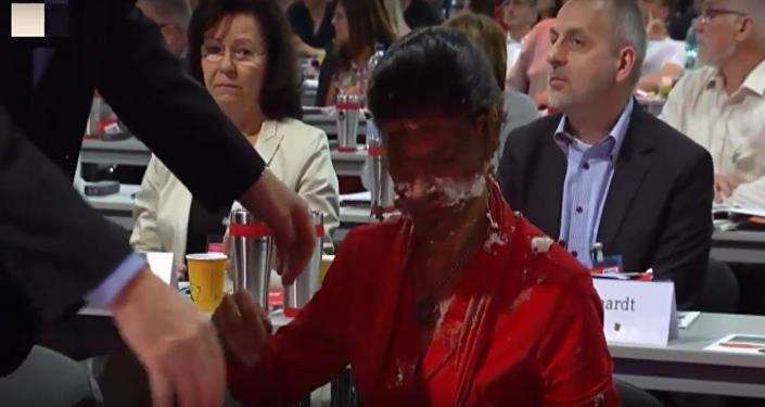 Demonstrant na podporu běženců hodil Wagenknechtové do tváře dort