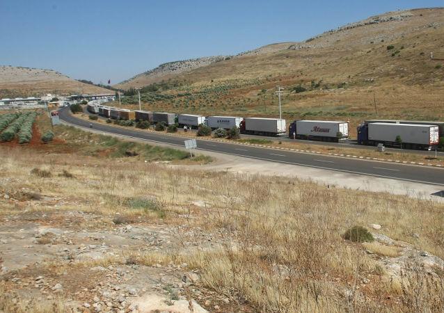 Proud náklaďáků na turecko-syrské hranici. Archivní foto