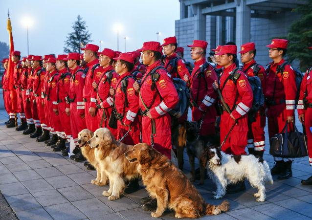 Pracovníci čínské pátrací a záchranné služby