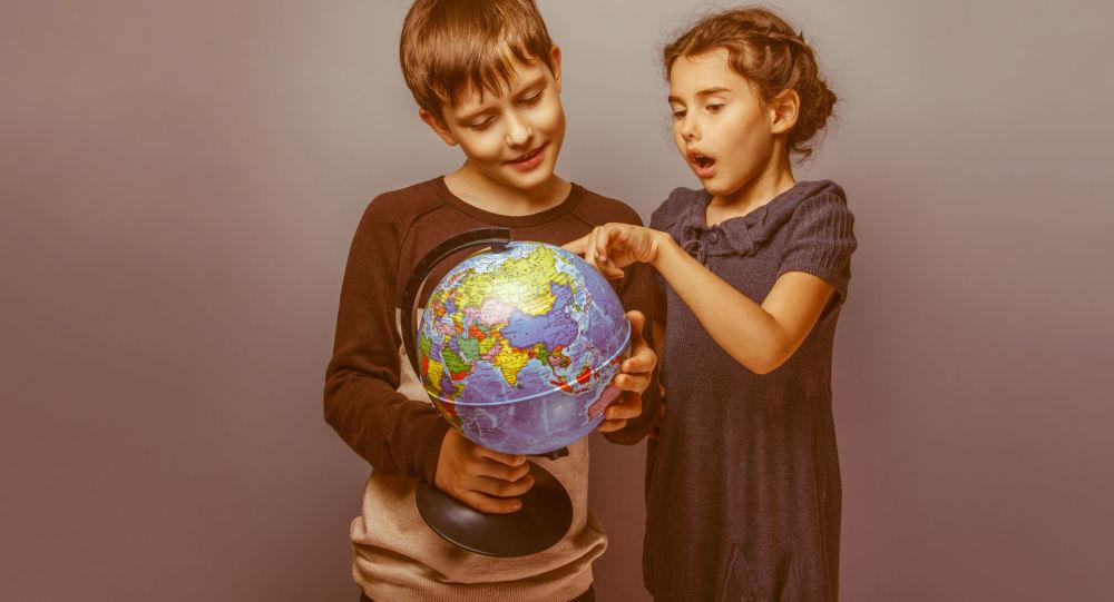Děti se dívají na globus