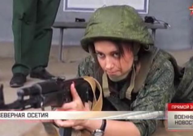 Dívky se samopaly Kalašnikova: záběry cvičení vojenských mediků