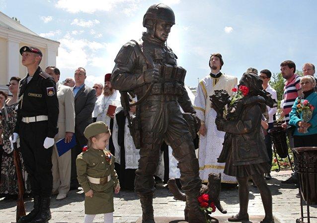 """Na Krymu byl odhalen pomník """"zdvořilých lidí"""""""