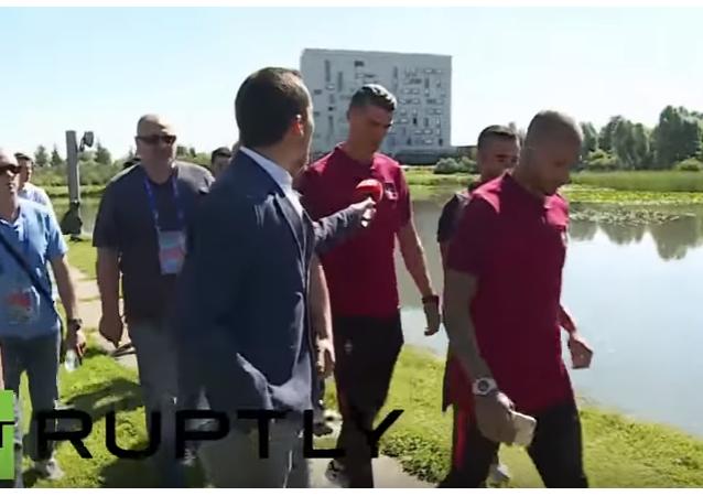 Cristiano Ronaldo hodil do jezera mikrofon dotěrného žurnalisty.