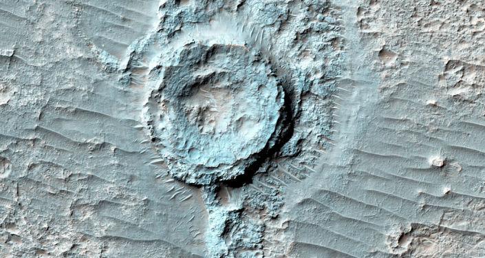 Neobvyklý reliéf připomínající převracený kráter na Marsu