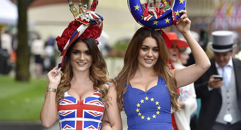 Dívky v tričkách s vlajkami EU a Velké Británie
