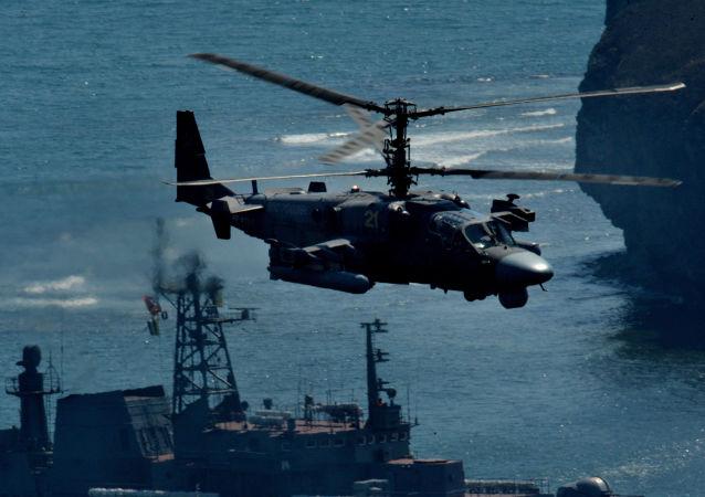 Vrtulník Ka-52 Alligator běhen cvičení v Přímořském kraji