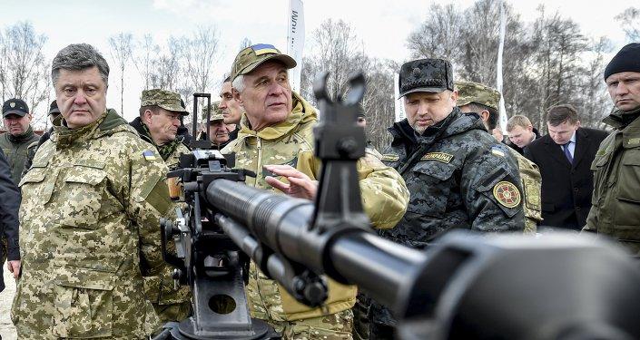 Ukrajinský prezident Petro Porošenko  ve výcvikovém středisku Národní gardy