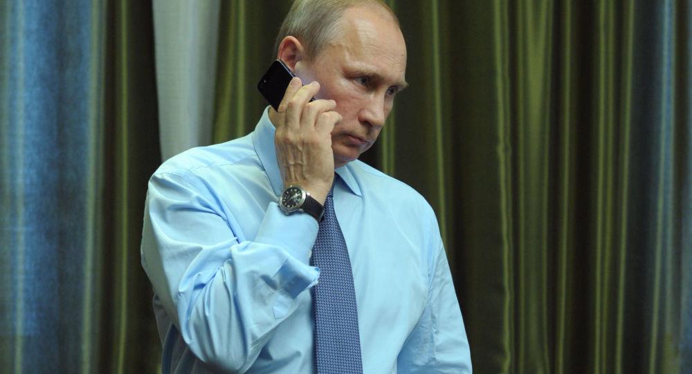 Vladimir Putin telefonuje. Ilustrační foto