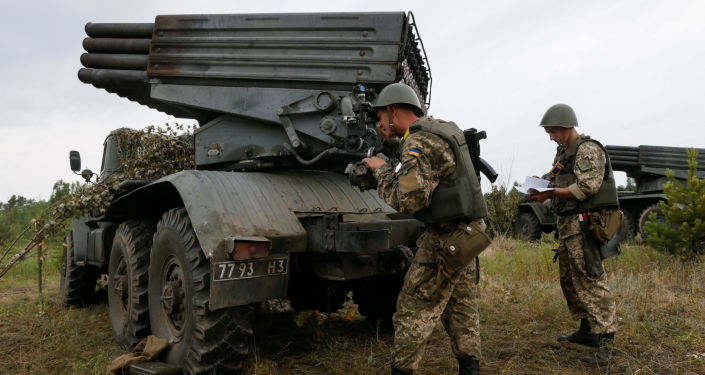 Ukrajinští vojáci vedle raketometu Grad
