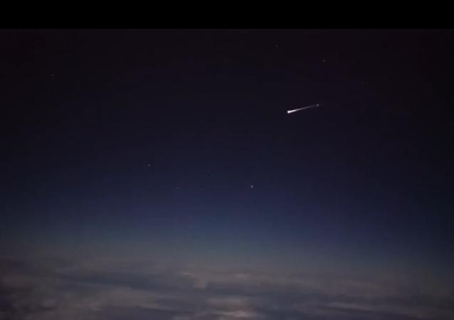 Hoření kosmické lodě v atmosféře natočili z letadla
